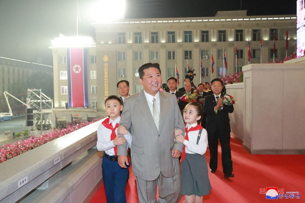 Óriási tűzijátékkal és díszszemlével ünnepeltek az éhező Észak-Koreában