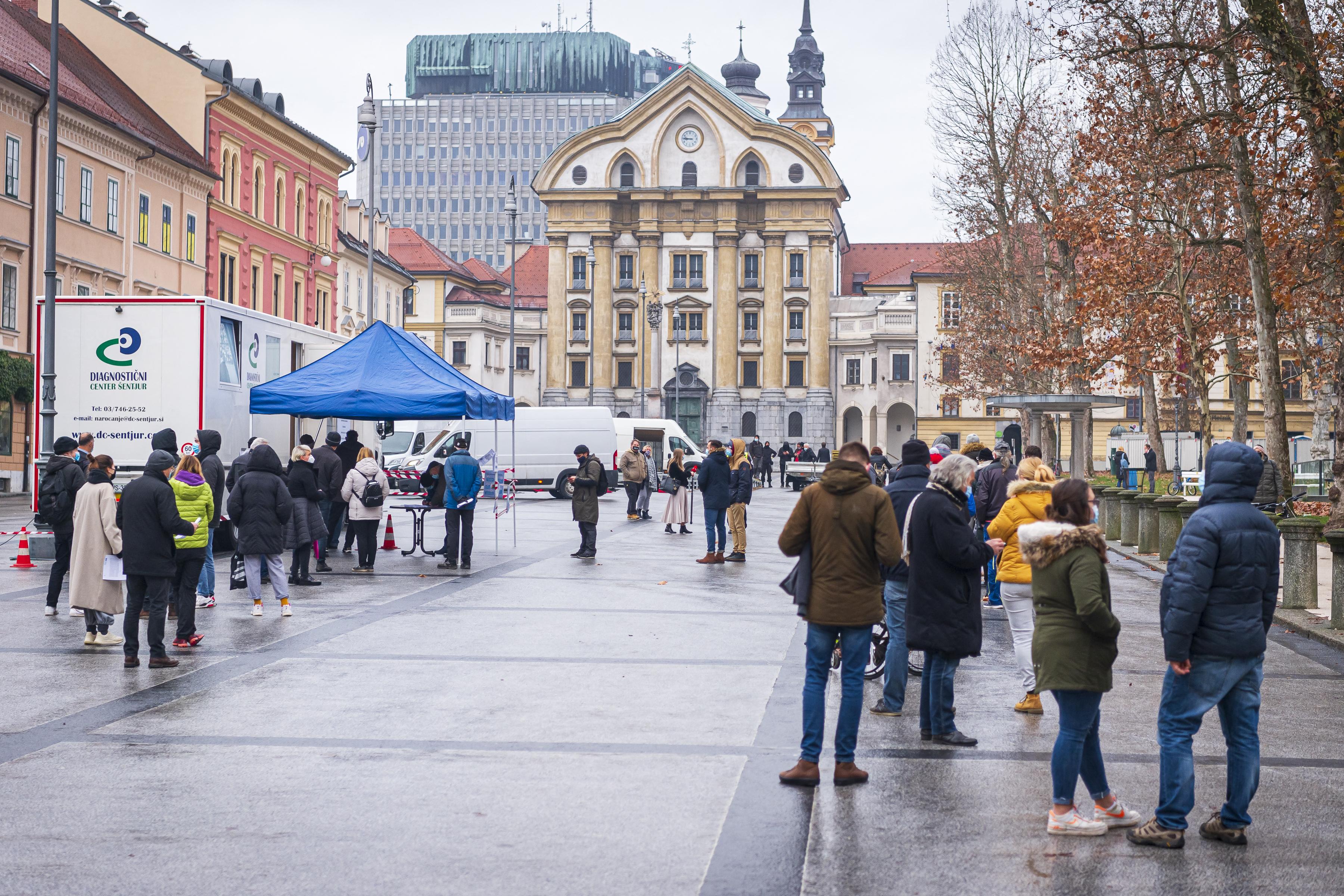 Kötelező lesz az oltás az állami hivatalok dolgozóinak Szlovéniában