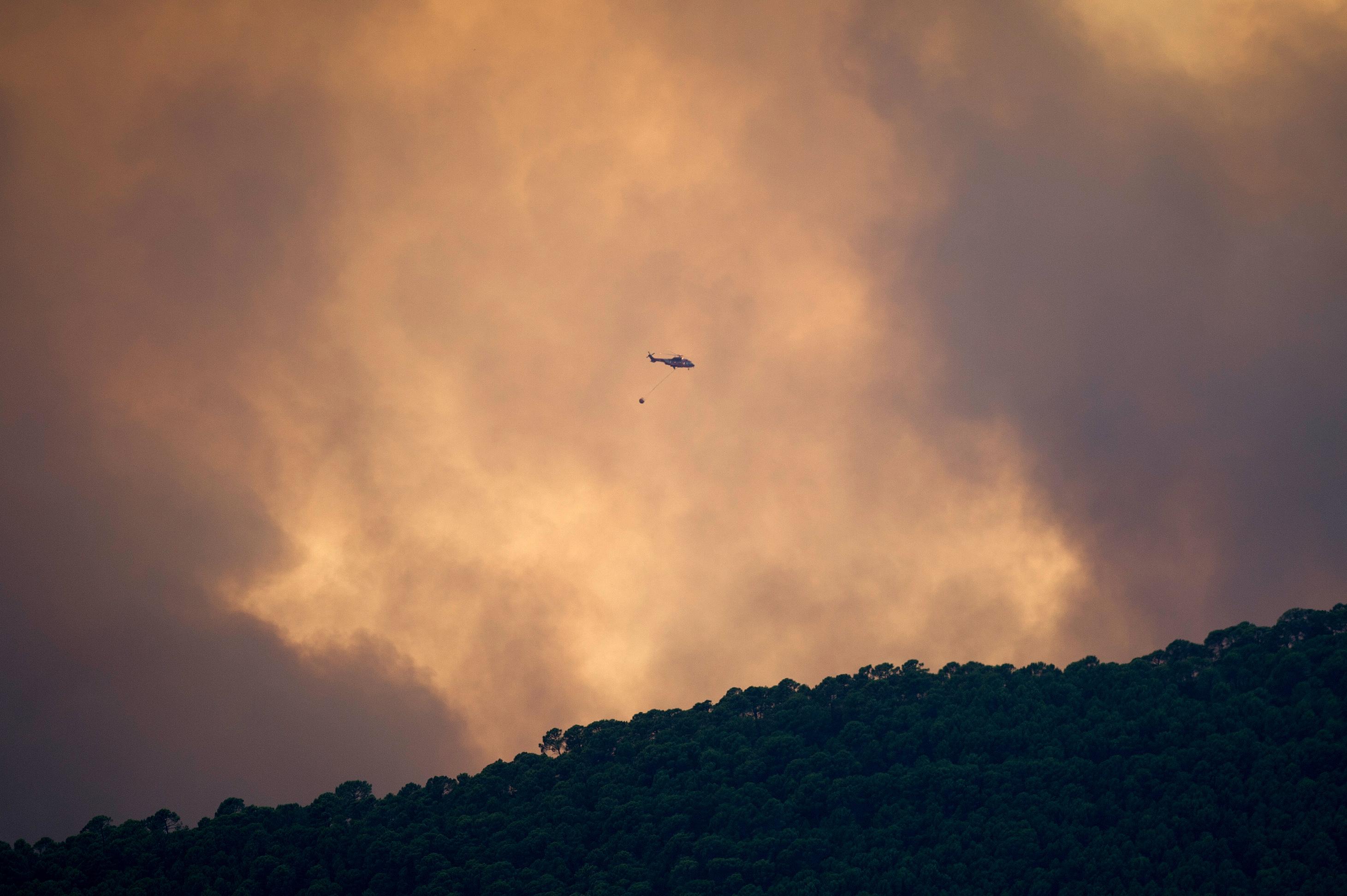 Több mint 900 embert evakuáltak egy spanyol erdőtűz miatt, egy tűzoltó meghalt