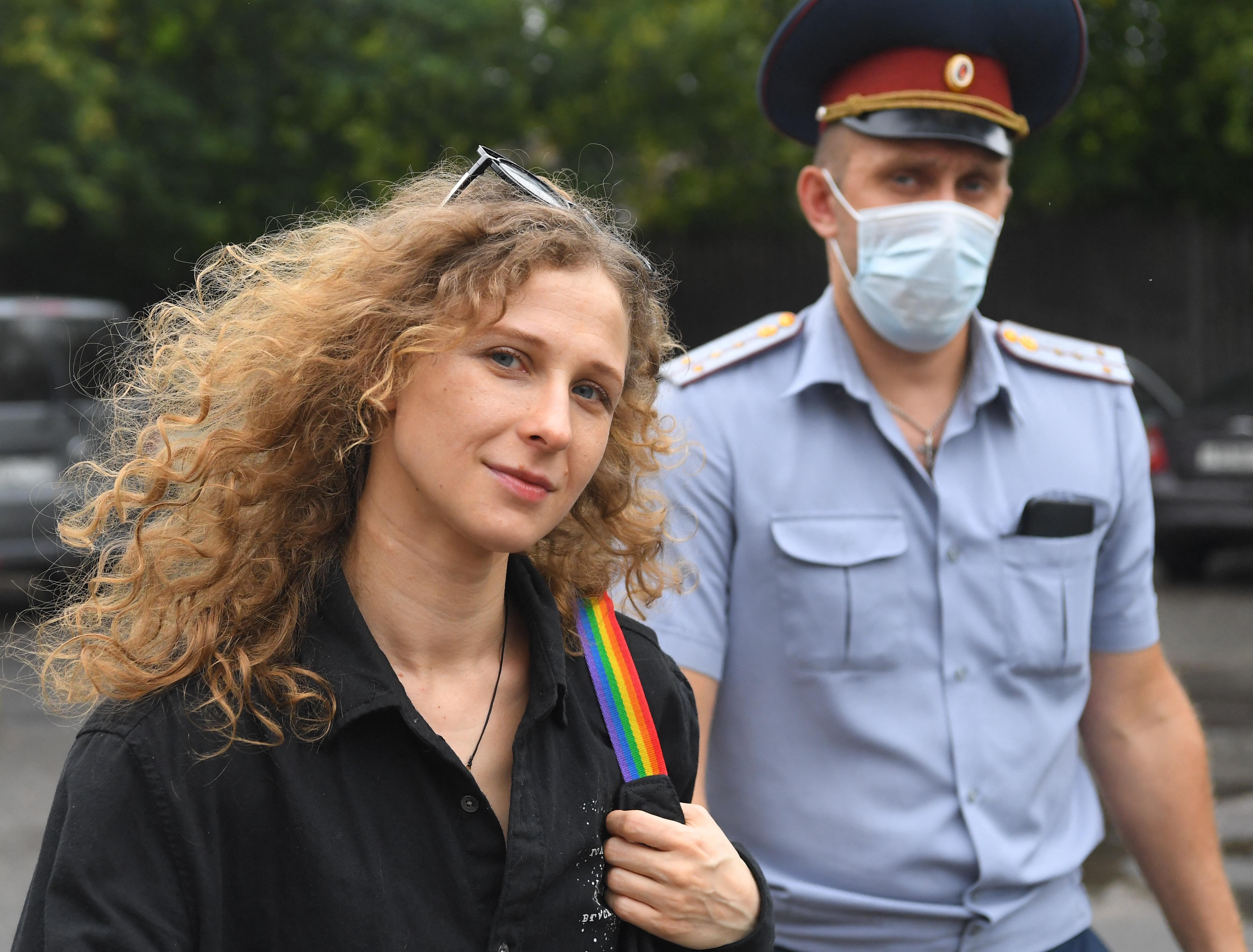Mozgásszabadságának egy évi korlátozásával sújtotta a bíróság a Pussy Riot egyik tagját