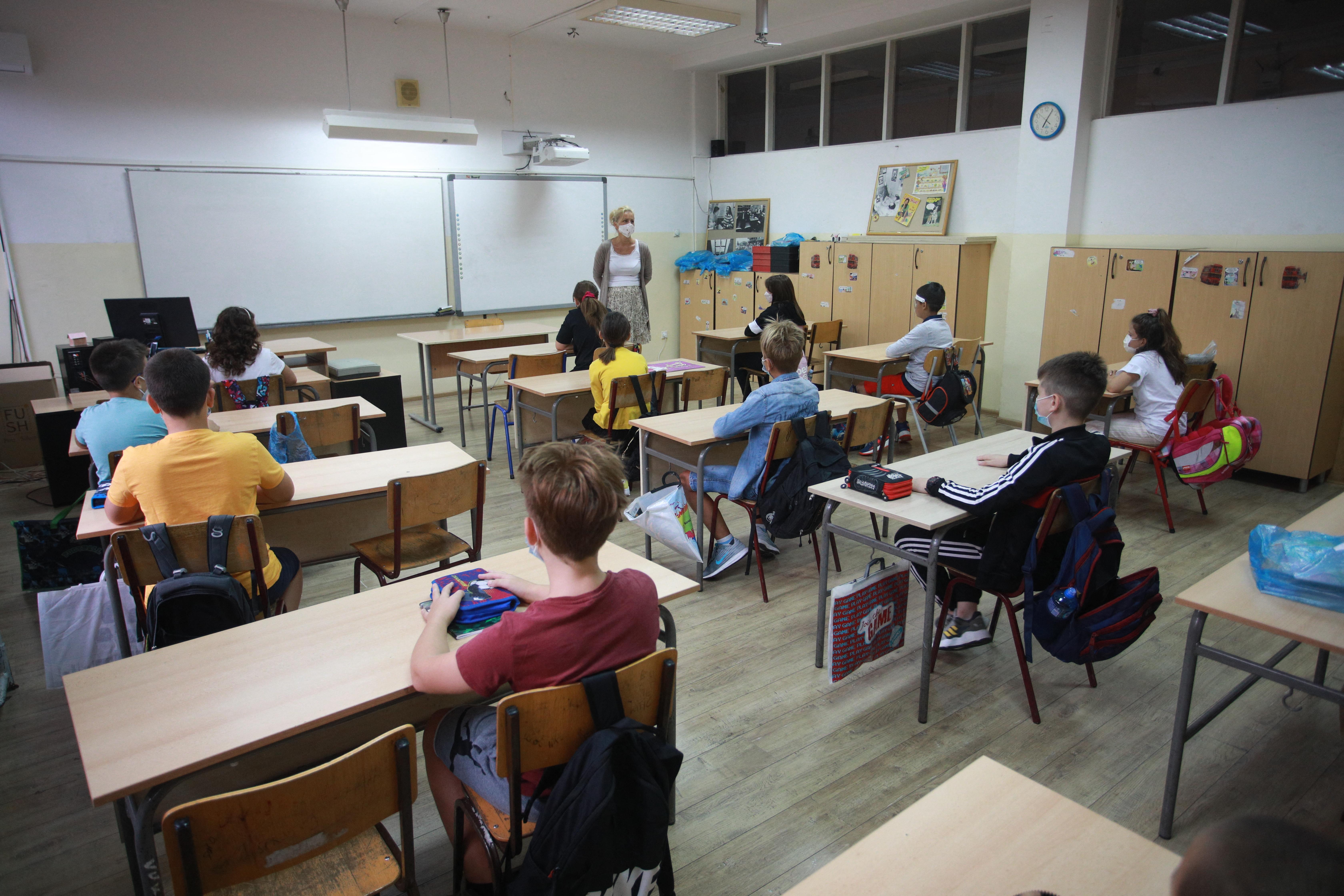Két hét után újra kötelezővé tették az iskolai maszkviselést Szerbiában