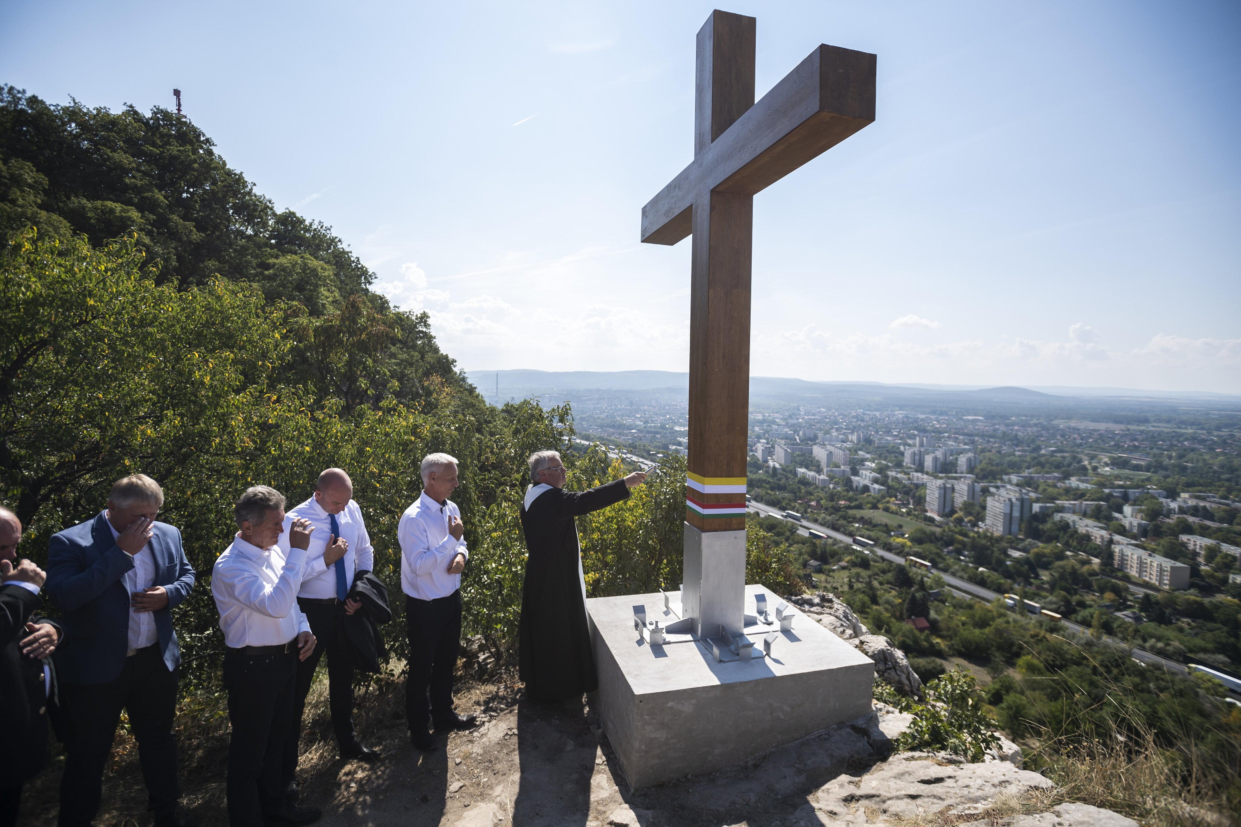 Egy napja sem ért véget, máris emlékkeresztet állítottak az Eucharisztikus Kongresszusnak