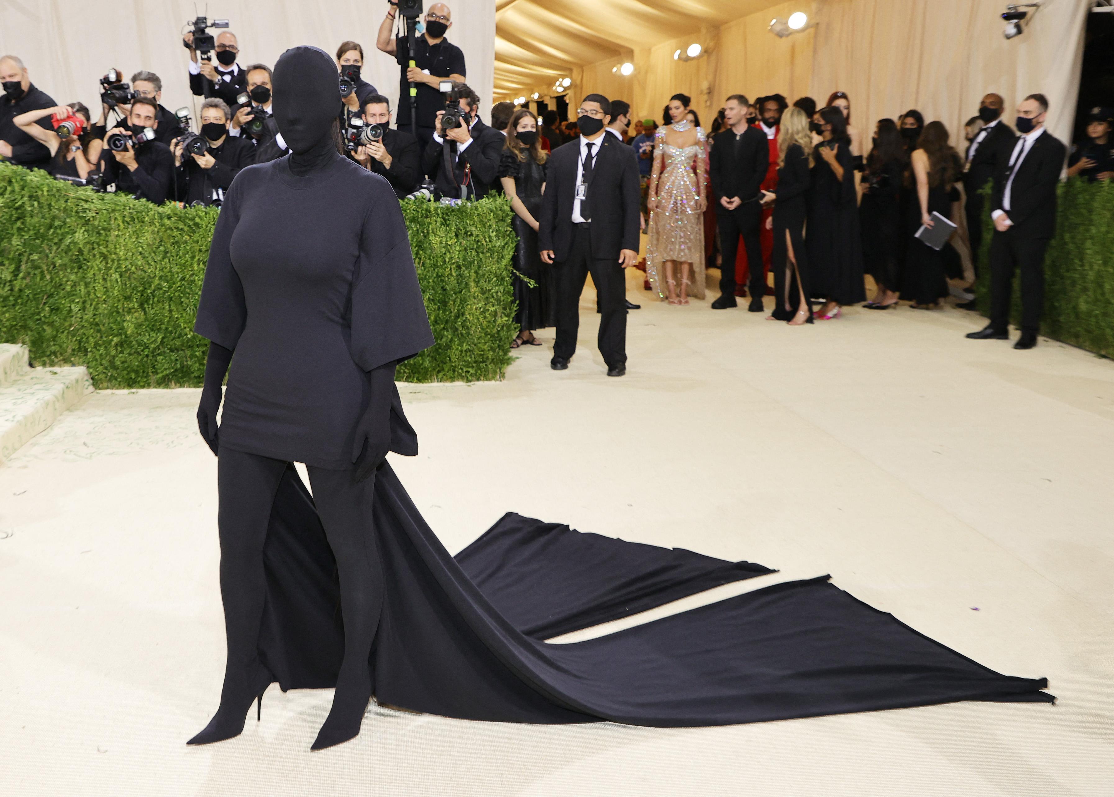 Megint megtartották a kiváltságosok jelmezbálját, Kim Kardashian pedig komolyan vette a járványhelyzetet