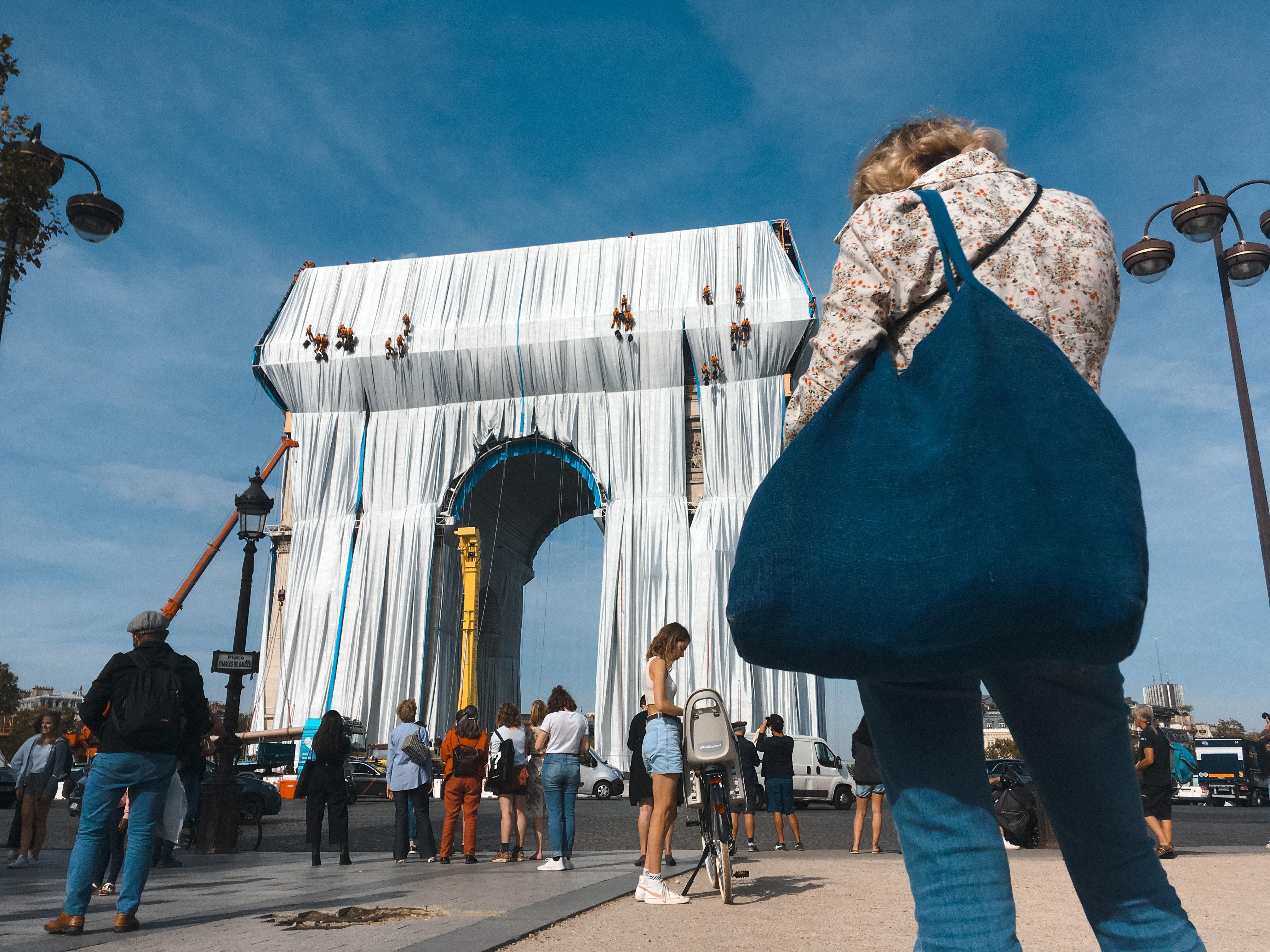 25 ezer négyzetméternyi textilbe csomagolták a párizsi Diadalívet