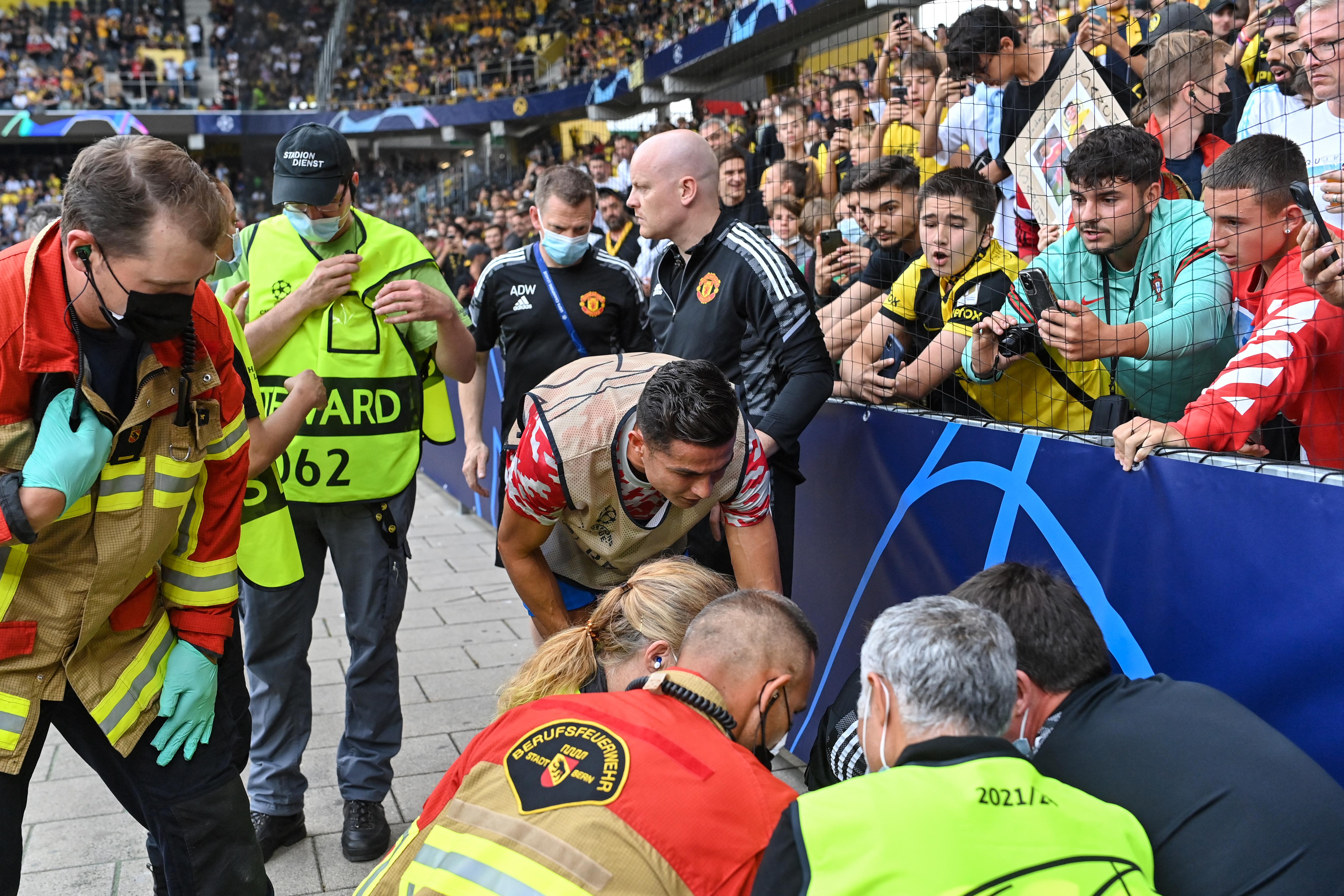 Cristiano Ronaldo a bemelegítésnél úgy eltalált egy biztonsági őrt a labdával, hogy ő maga is aggódott a rendező testi épségért