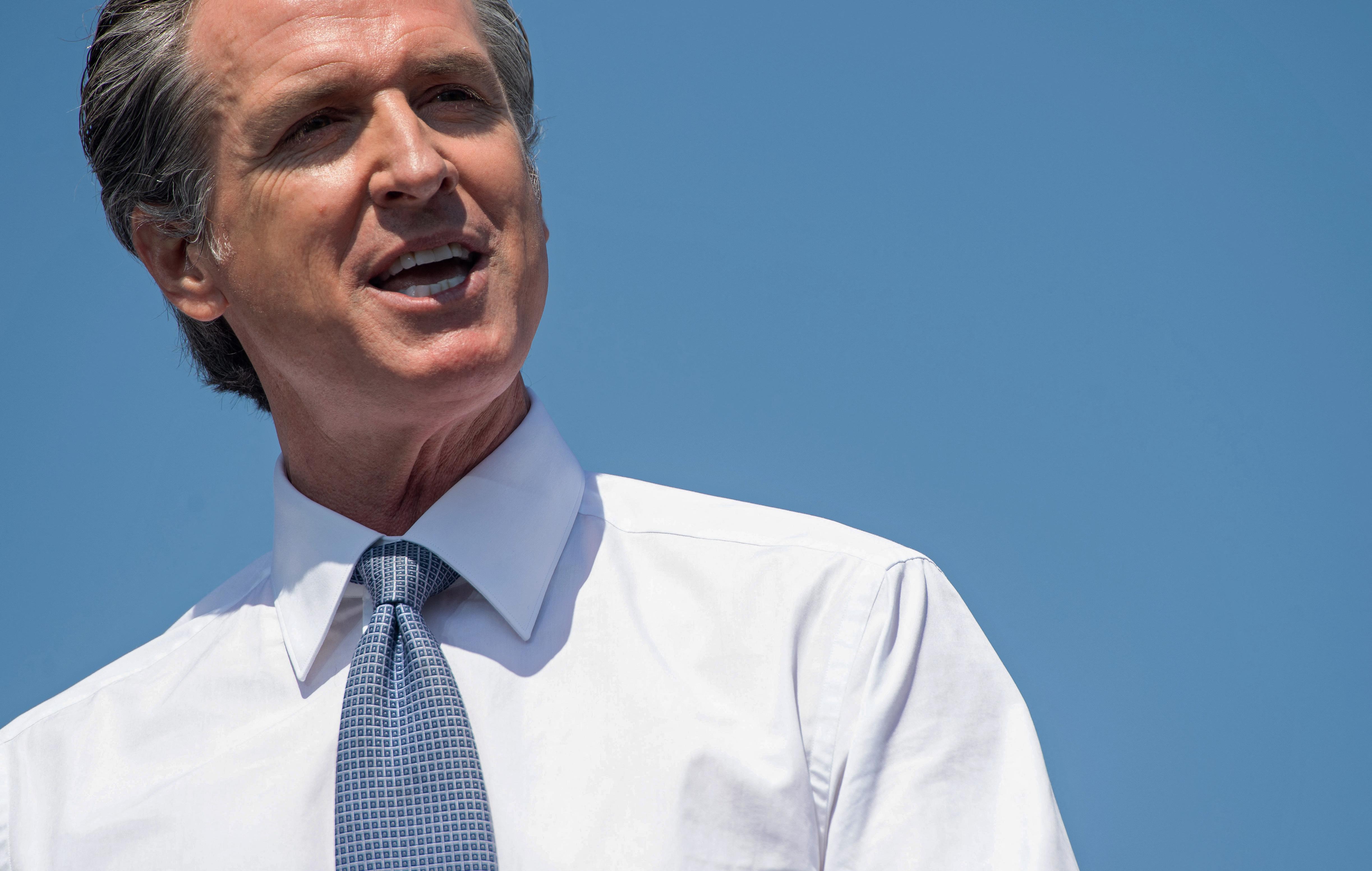 Kalifornia kormányzója a jelek szerint megúszta, hogy menesszék