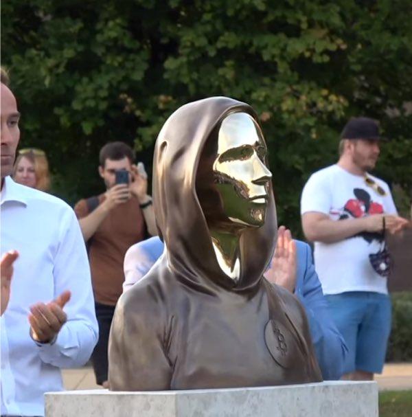 Bárki megnézheti Budapesten a világ első Bitcoin-szobrát, egy arctalan, kapucnis bronzfigurát