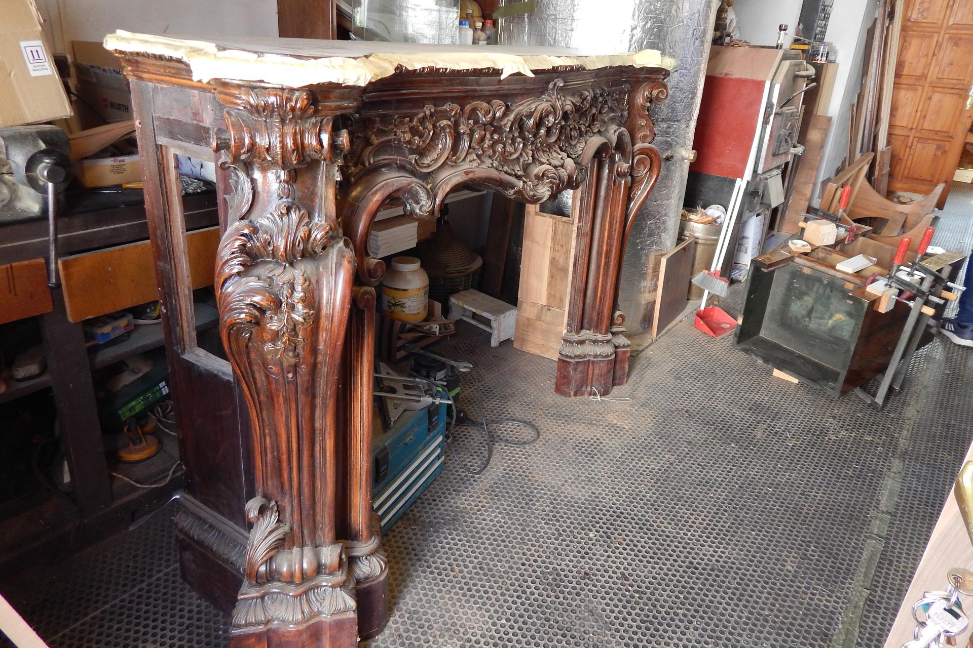 Elloptak Velence egyik kastélyából egy neobarokk kandallókeretet, most lett meg