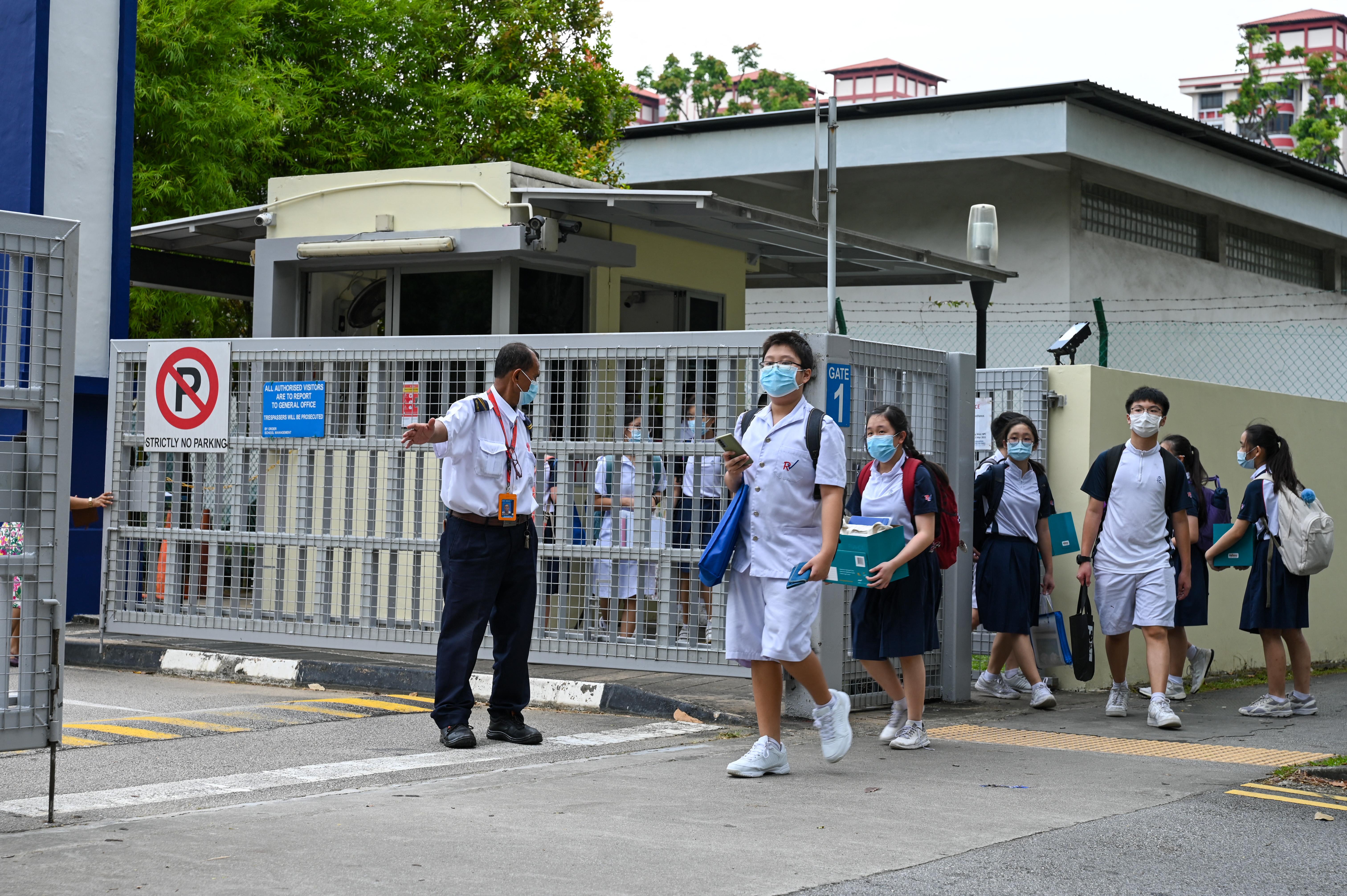 Szingapúrban iskolabezárással védik az oltatlan 12 év alattiakat