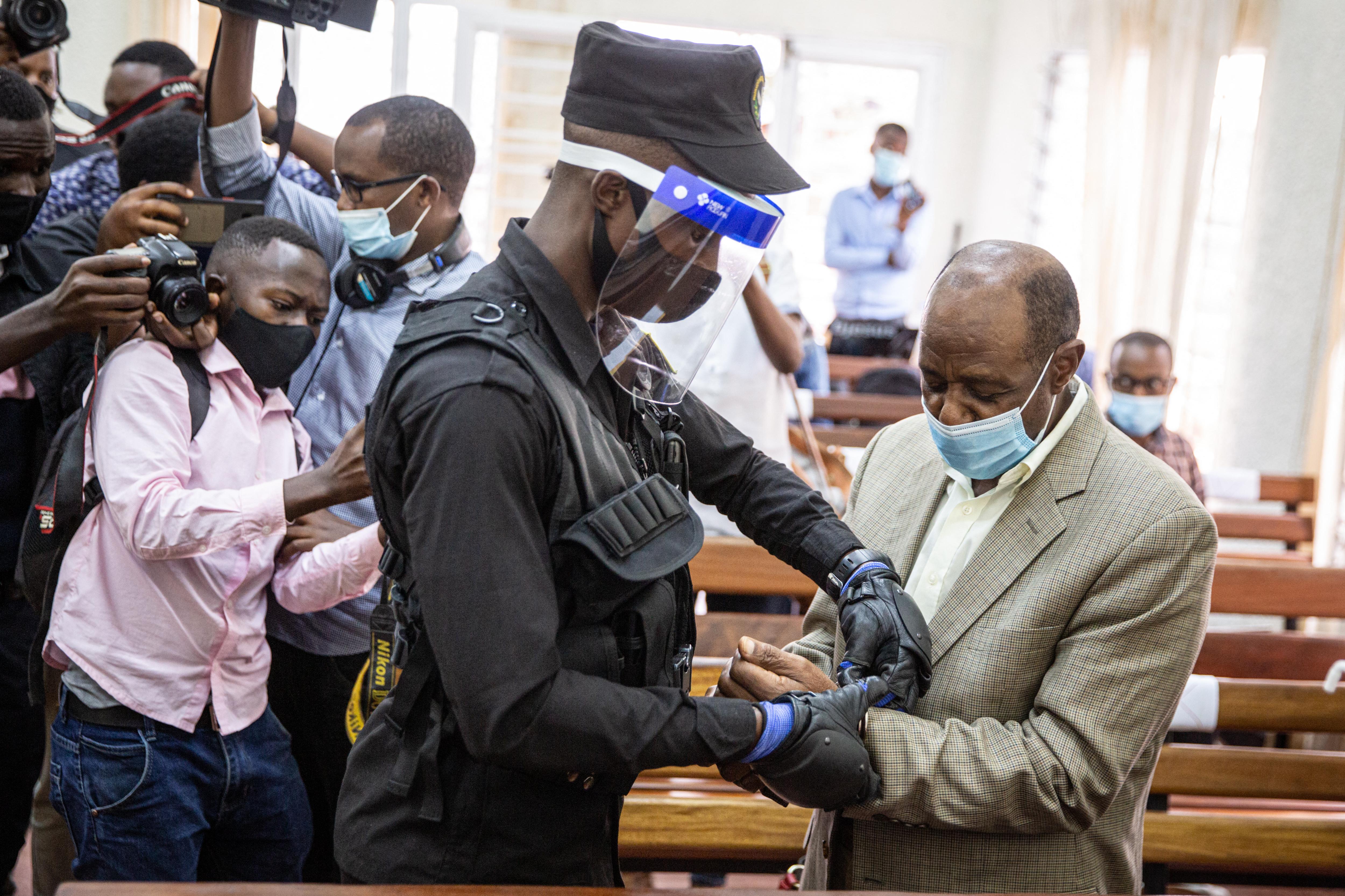 Terrorizmus vádjával elítélték Paul Rusesabaginát, a ruandai népirtás kevés hősének egyikét