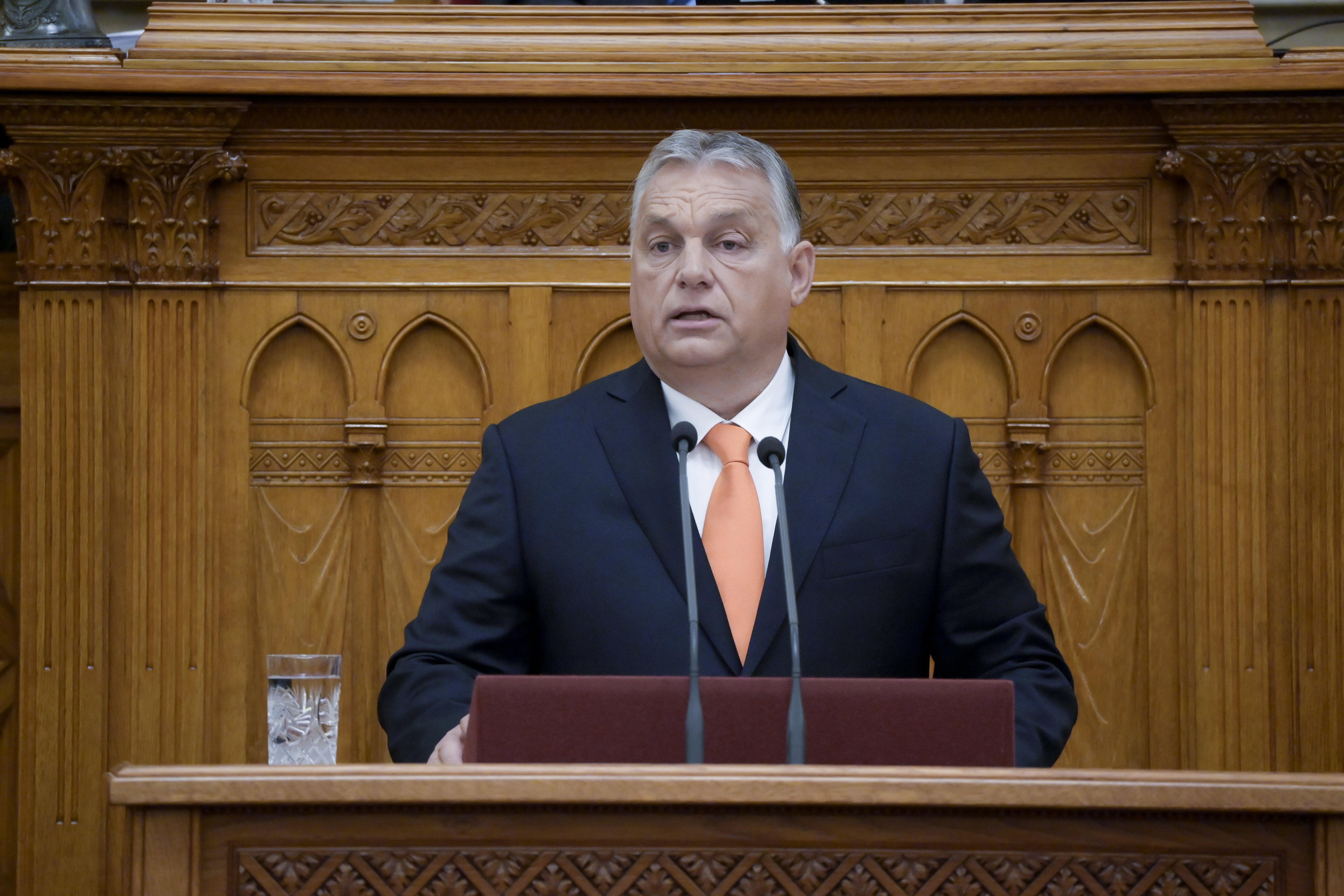 Orbán a parlamentben sorolta fel, milyen osztogatást tervez a kormány a választási évre