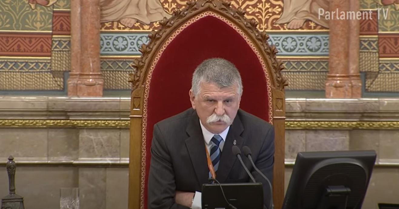 Kövér László kikapcsolta az egyik DK-s képviselő mikrofonját, amiért az Alaptörvény kukába dobásáról beszélt