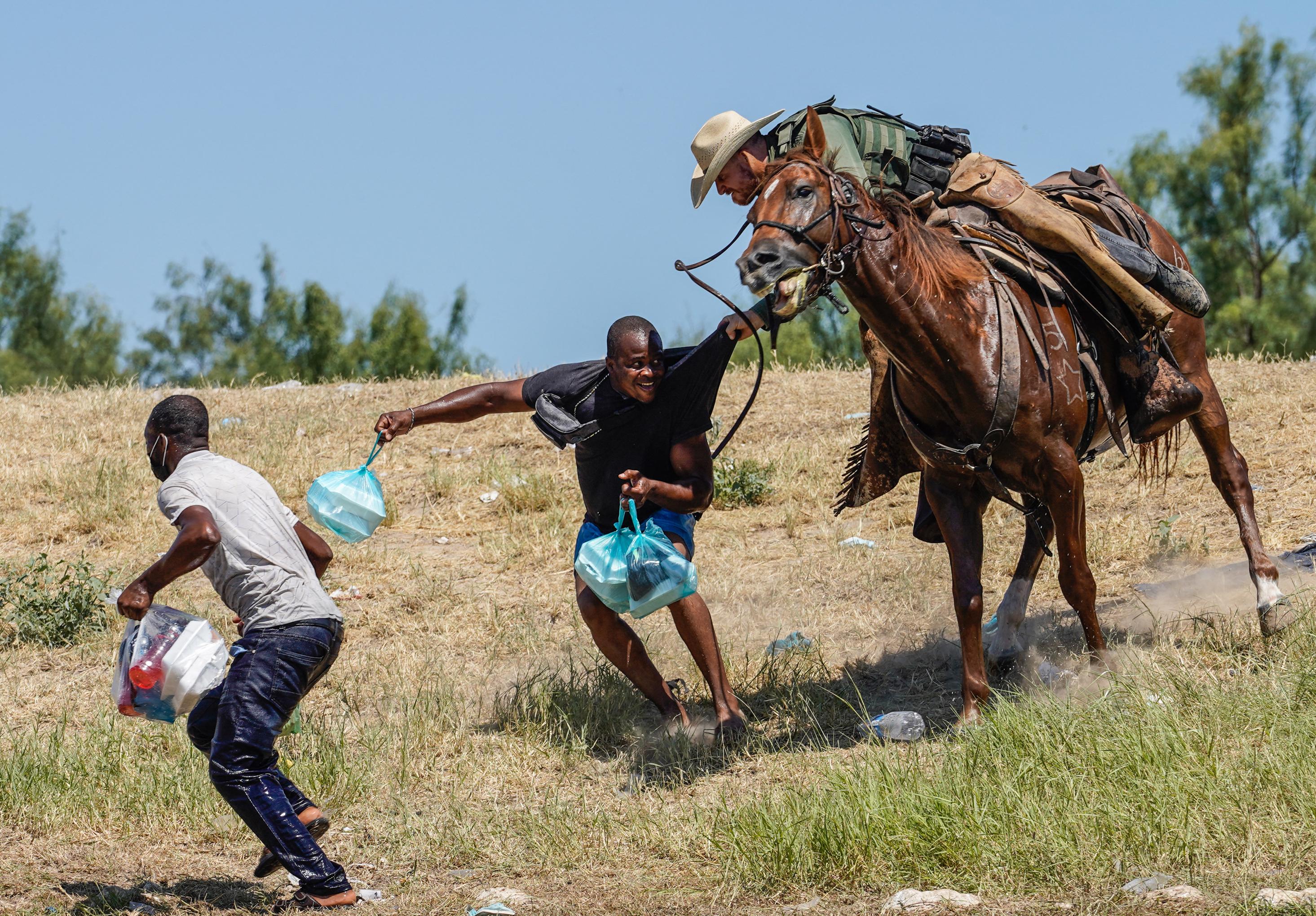 Lóhátról, ostorral terelték a haiti menekülteket Texasban a határon