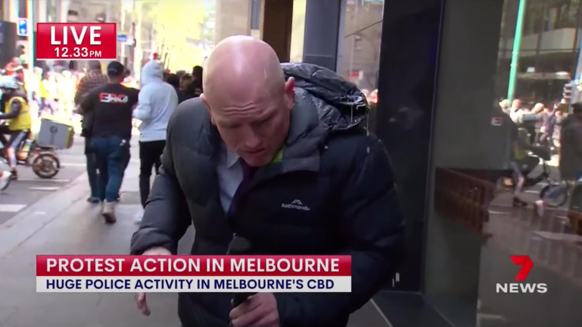 Megtámadtak, majd húggyal öntöttek le oltásellenesek egy riportert Melbourne-ben