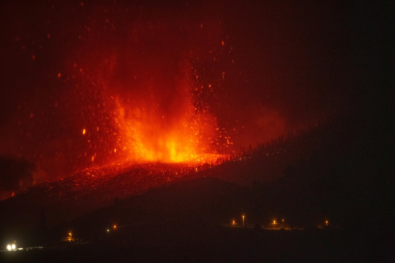 Ha a lávafolyam eléri a tengert, akkor mérgező gázok szabadulhatnak fel La Palma szigetén