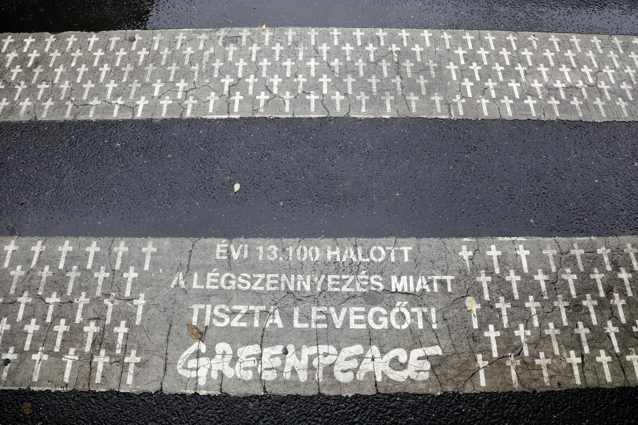 Koszba tisztított fehér keresztekkel emlékezett a légszennyezés évi 13 ezer magyar áldozatára a Greenpeace