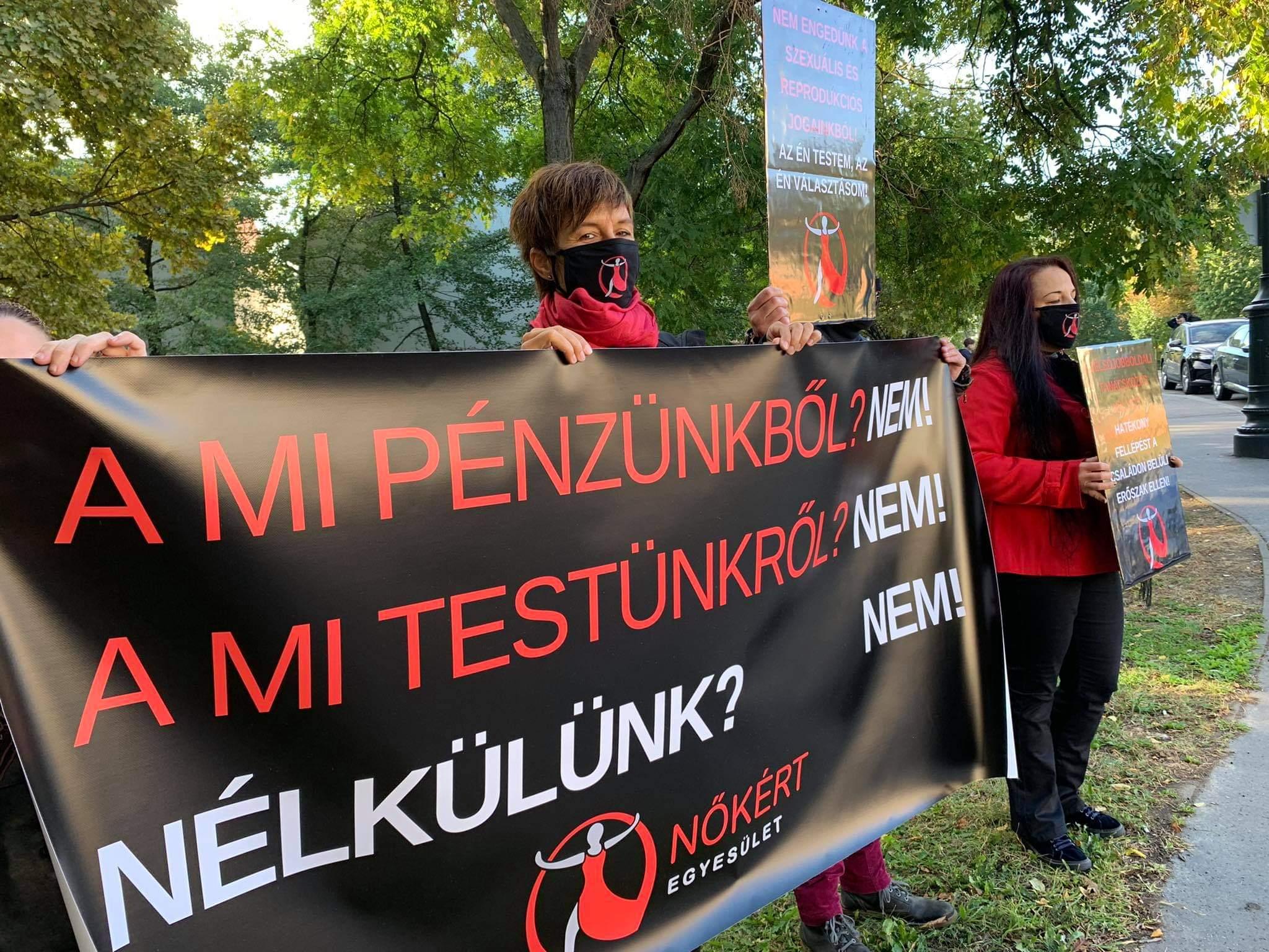 Tiltakozók várták a Demográfiai Csúcs résztvevőit a Várkert Bazárnál