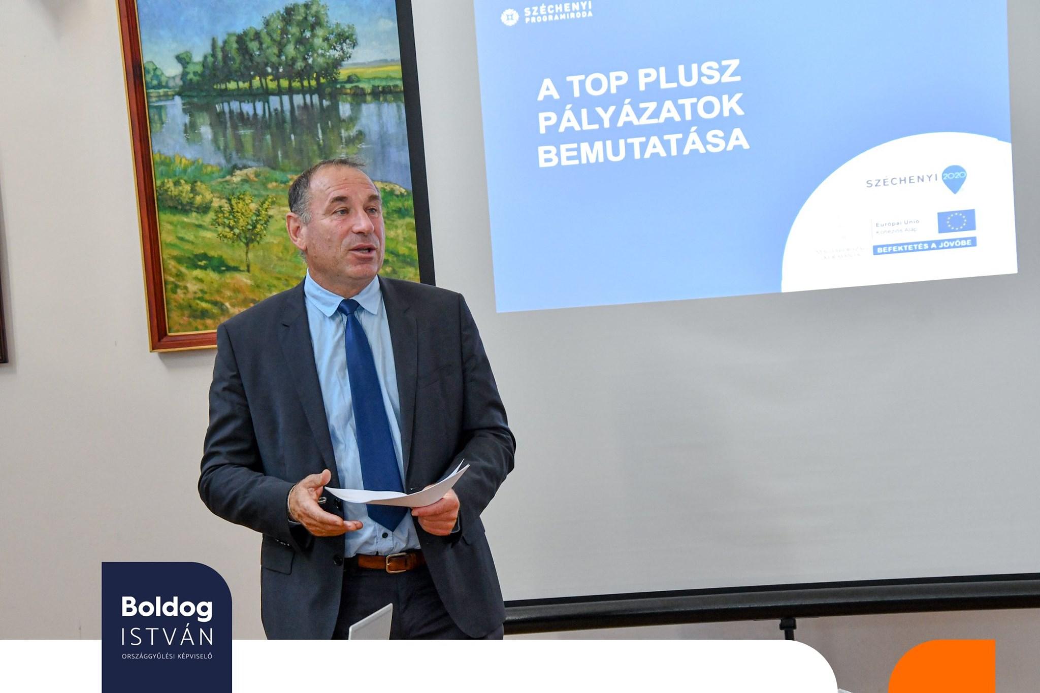 Az ügyészség azzal vádolja, hogy EU-s pályázatokból kért vissza pénzt polgármesterektől, de Boldog István ezzel mit sem törődve EU-s pályázatokról ad tájékoztatást polgármestereknek