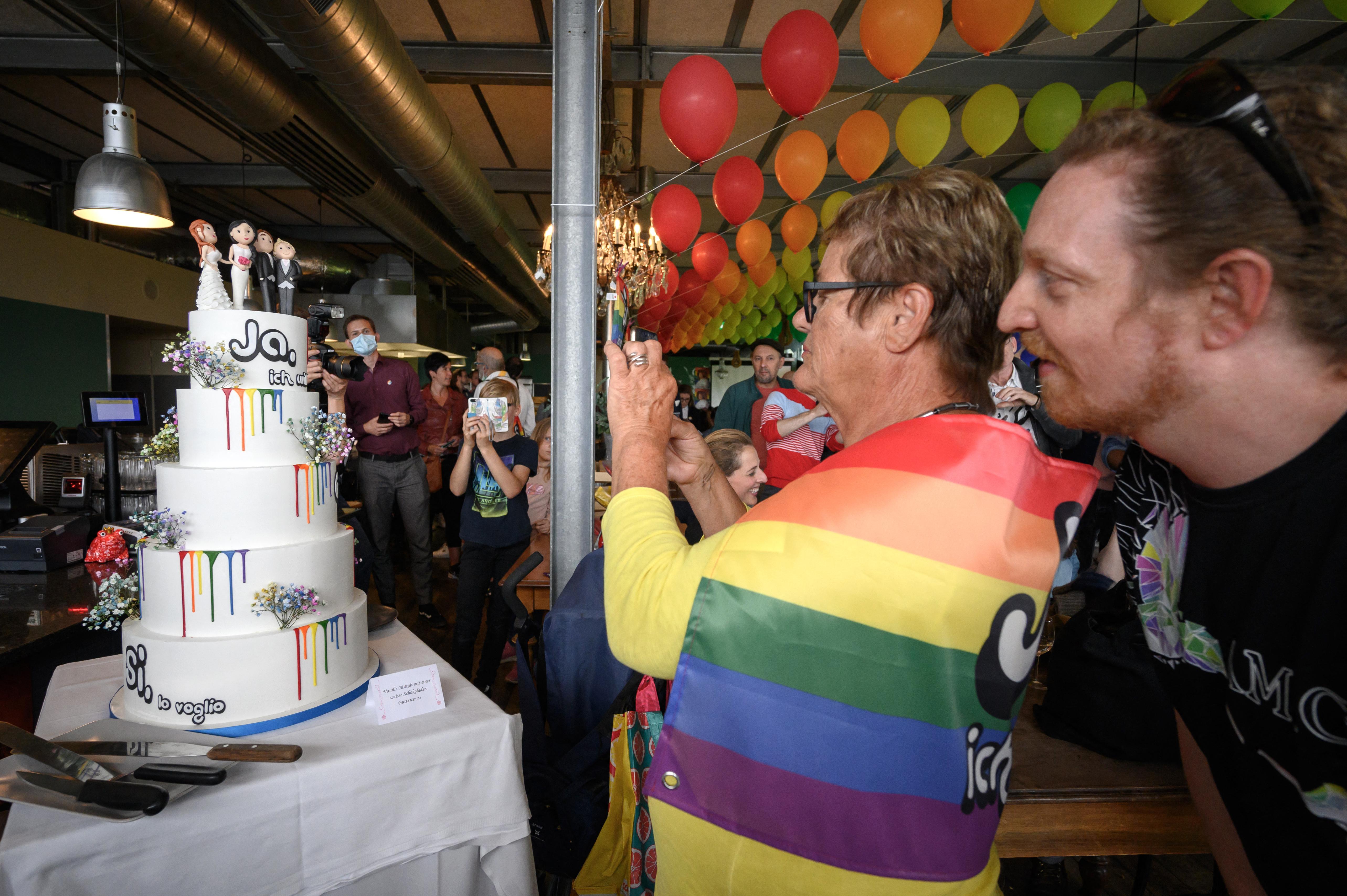 Megszavazták a melegházasság engedélyezését a svájciak