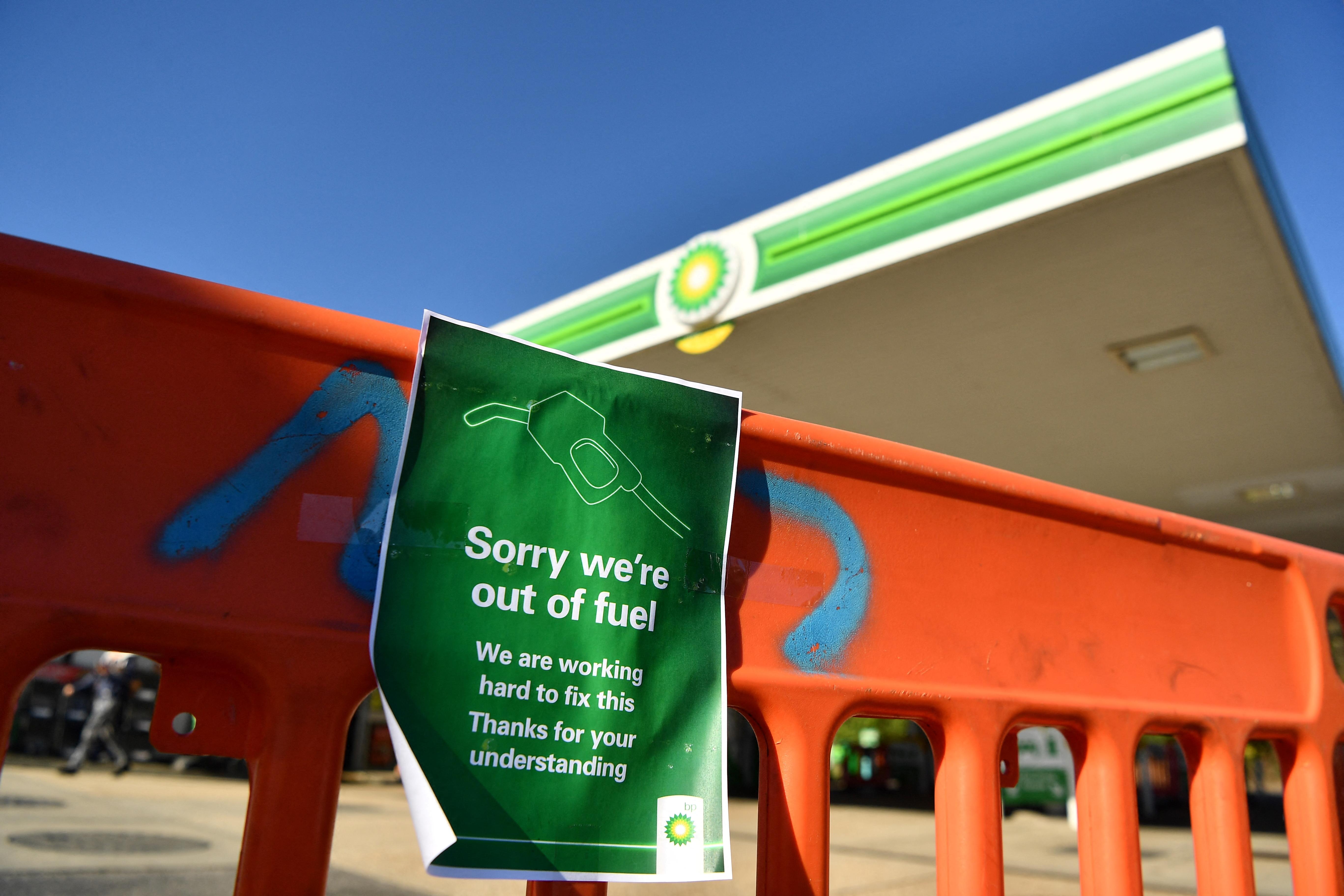 Pánikvásárlás miatt a brit benzinkutak kétharmadánál már teljesen kifogyott az üzemanyag