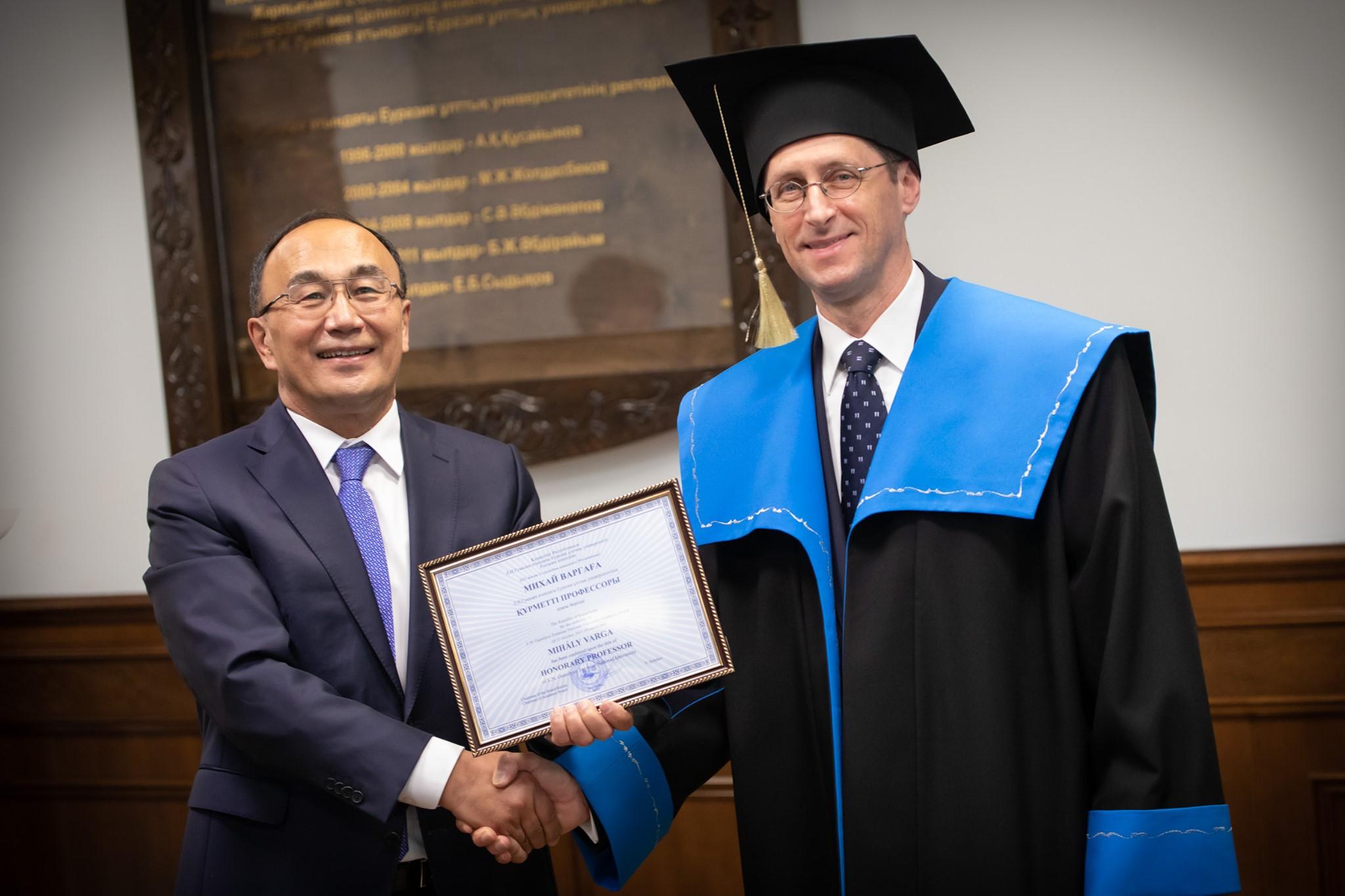Díszdoktor lett Varga Mihály egy kazah egyetemen